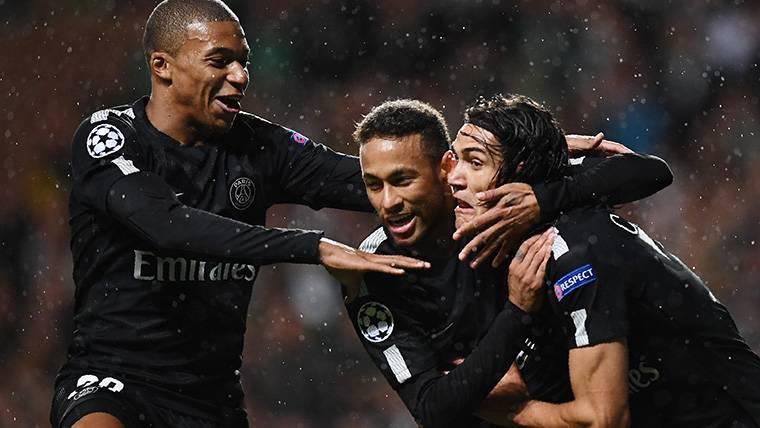 Neymar Jr, Cavani y Mbappé, celebrando un gol marcado al Celtic