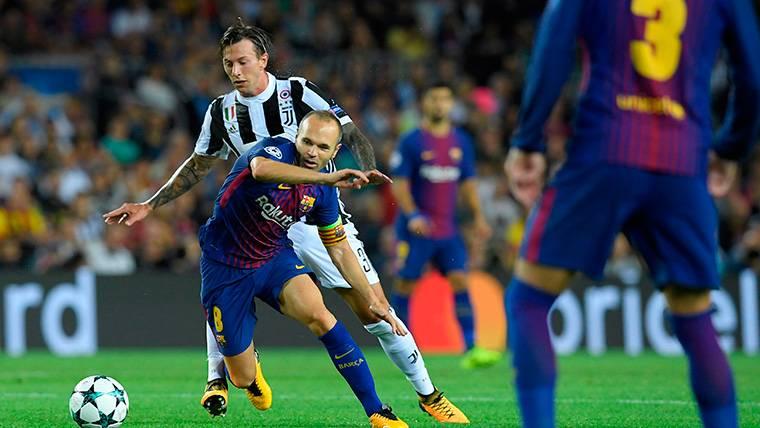 Andrés Iniesta, desbordando a Bernardeschi contra la Juventus