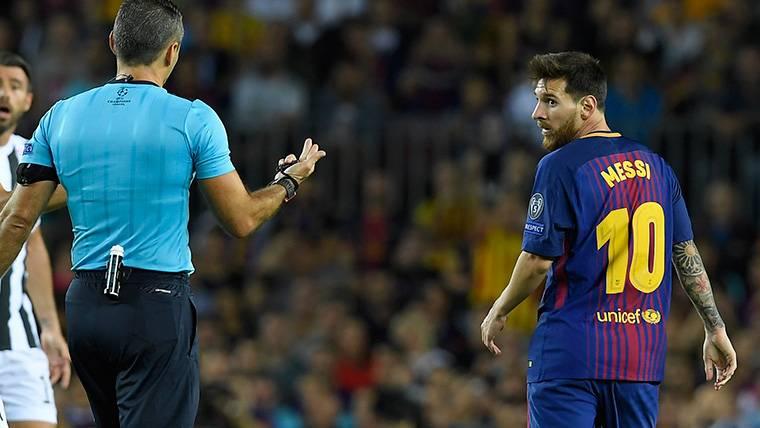 Leo Messi, protestando una acción al árbitro Skomina