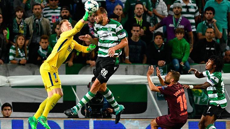 Marc-André Ter Stegen en una acción del Sporting-FC Barcelona