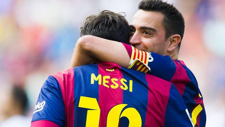 Xavi Hernández y Leo Messi celebran un gol del FC Barcelona