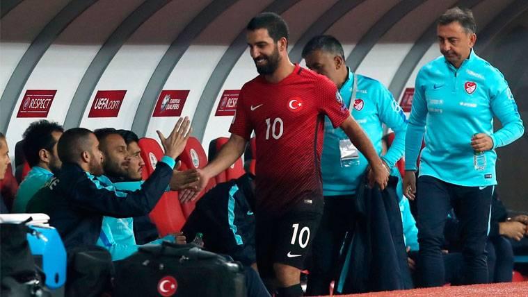 Un Arda Turan desahuciado se marcha entre risas con Turquía