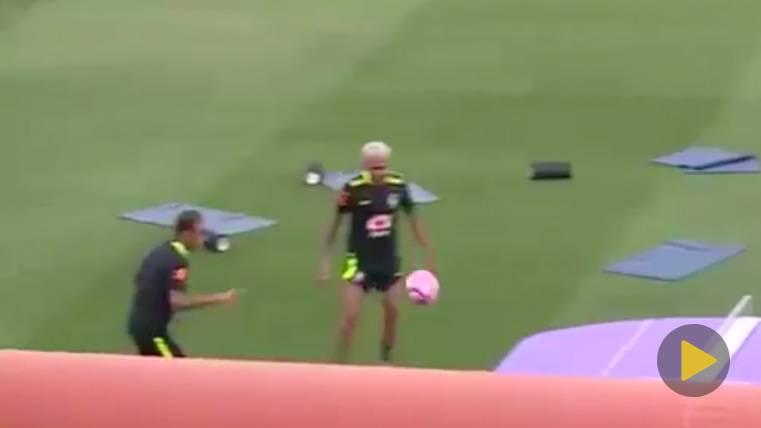 Neymar y Alves se retan con Coutinho en el 'futpin-pong'