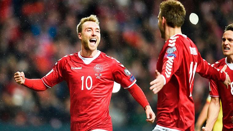 Christian Eriksen, celebrando el gol anotado contra Rumanía