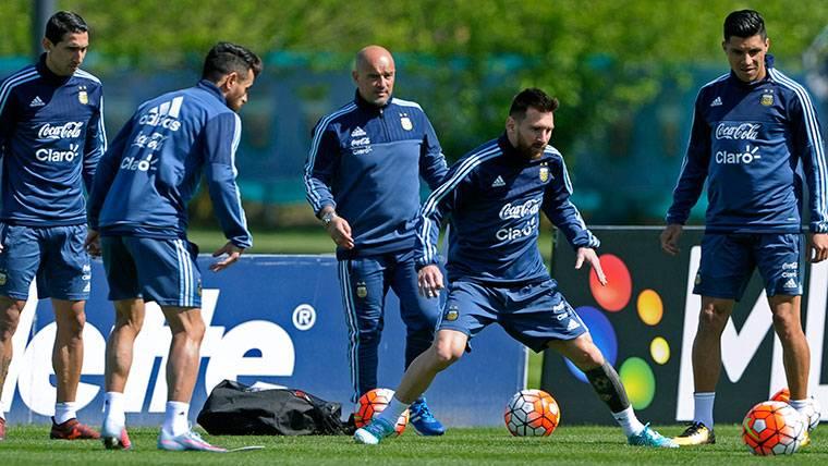 Leo Messi y sus compañeros, entrenando antes de medirse a Ecuador