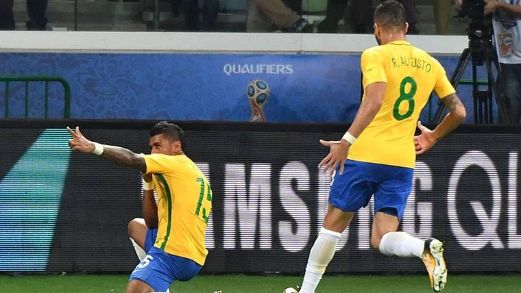 Paulinho, celebrando un gol marcado con la selección de Brasil