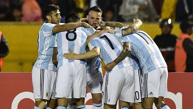 Los jugadores de Argentina, celebrando uno de los goles de Messi