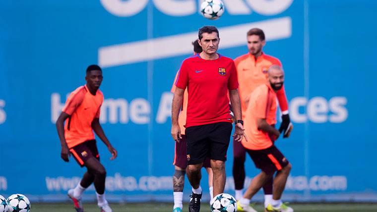 Ernesto Valverde, durante un entrenamiento con el Barça