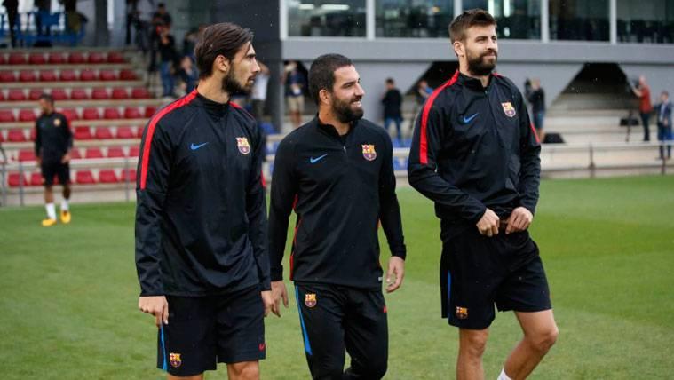 André Gomes, Arda Turan y Gerard Piqué en un entrenamiento del Barça