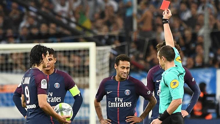 Cavani salva al PSG de falta tras una expulsión de Neymar