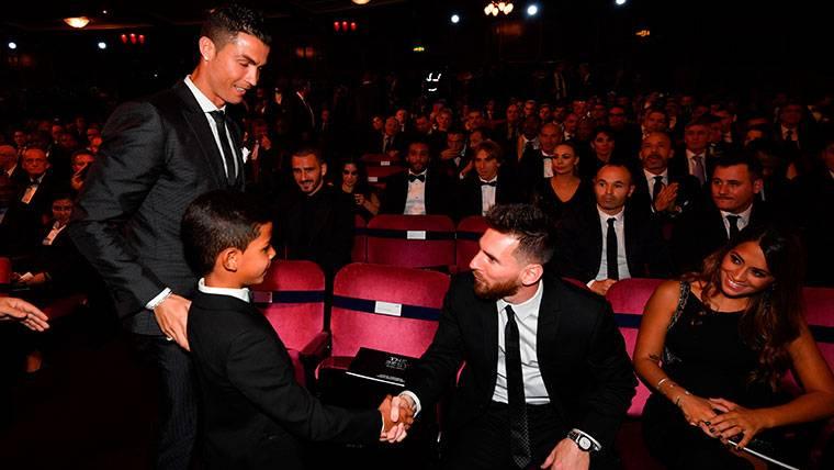 Así fue el reencuentro del hijo de Cristiano con Messi, su ídolo