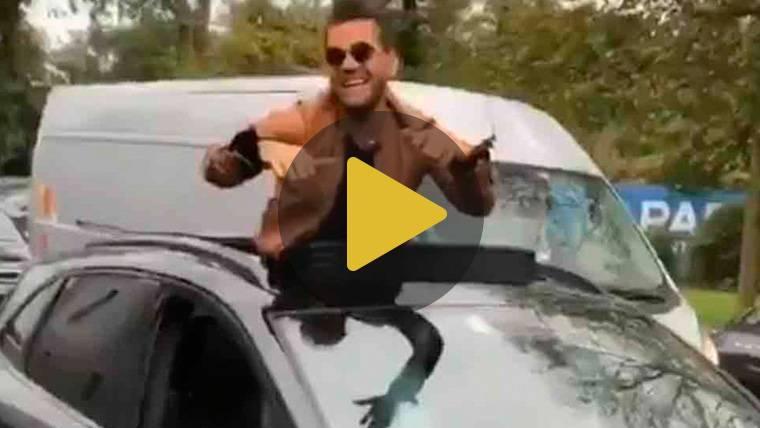 Alves se hace viral con un nuevo 'show'... ¡En plena calle!