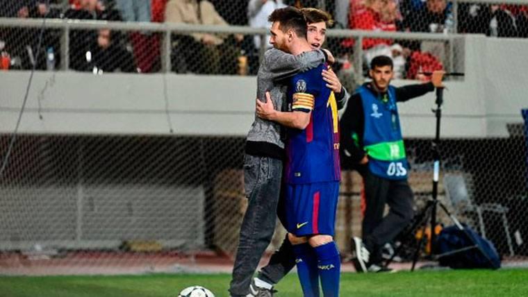 ¡Un aficionado abrazó y besó a Messi con total libertad!
