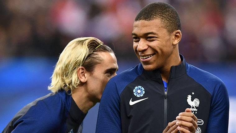 Antoine Griezmann y Kylian Mbappé en un partido de la selección francesa