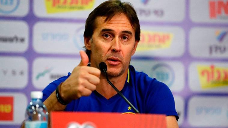 Julen Lopetegui, muy pendiente de los jugadores del Barça