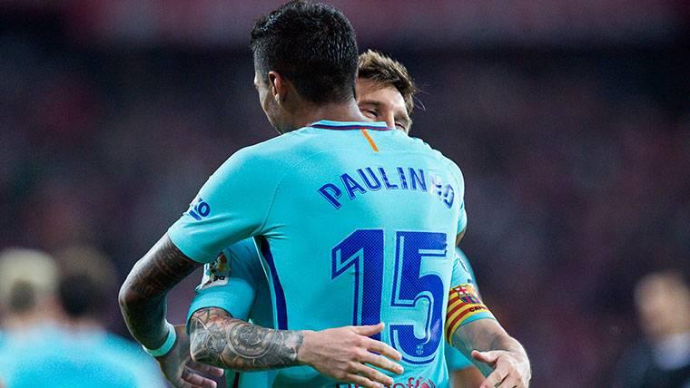 Paulinho, celebrando un gol junto a Leo Messi en el Barça