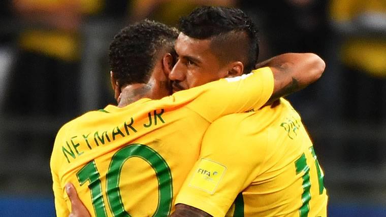 Paulinho, celebrando con Neymar Jr un gol de la 'canarinha'
