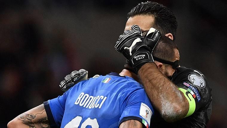 Buffon, consolando a Bonucci tras quedarse ambos fuera del Mundial