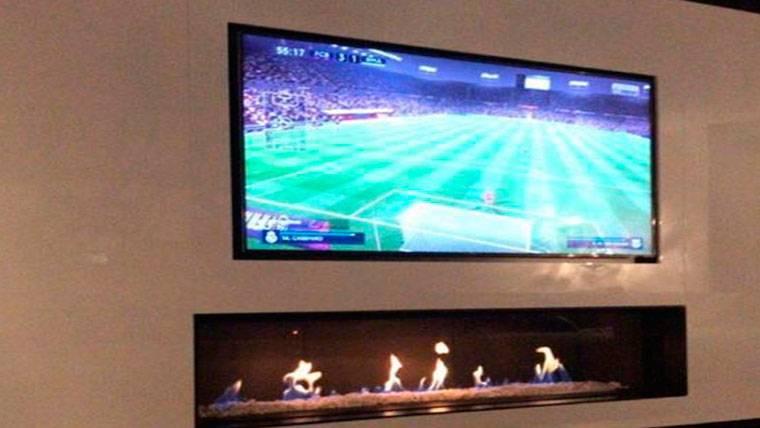 Leo Messi y su hijo, jugando a la Playstation contra el Real Madrid