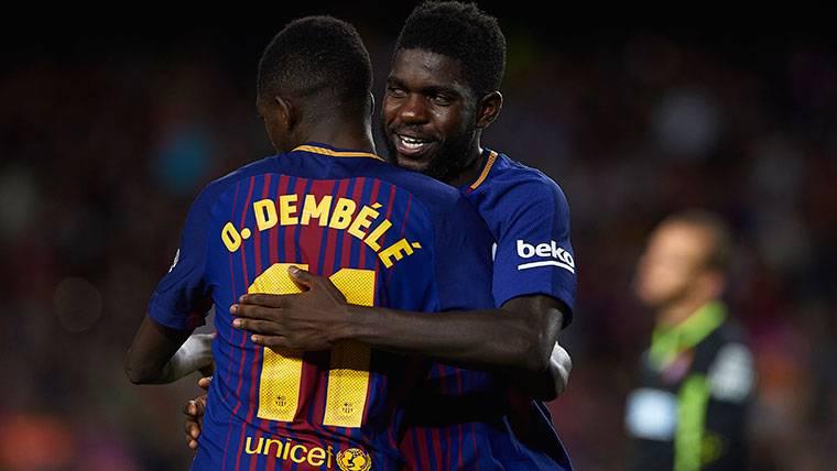 Ousmane Dembélé, celebrando con Umtiti un gol del FC Barcelona
