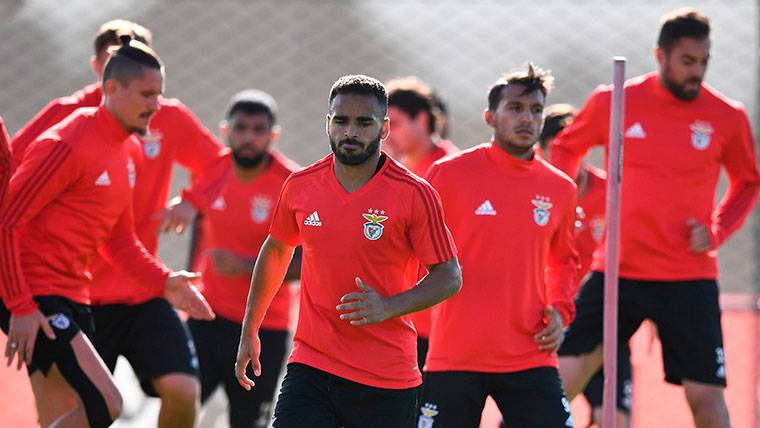 Douglas Pereira, durante un entrenamiento con el Benfica