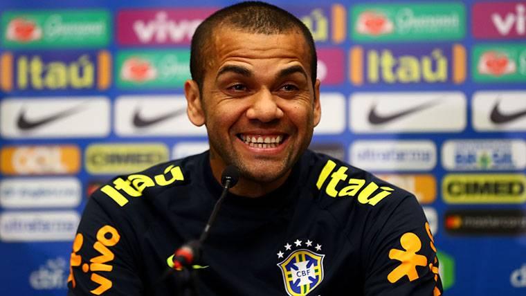 Dani Alves, durante una rueda de prensa con Brasil