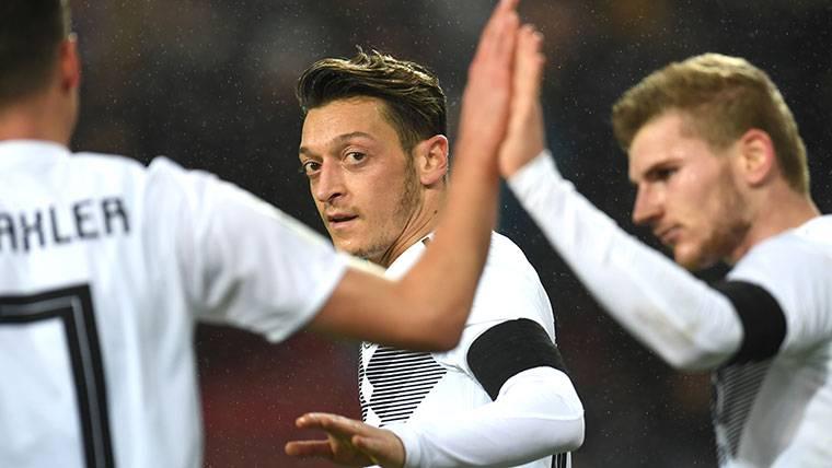 Özil vuelve a sonar para el Barça y la afición culé le rechaza