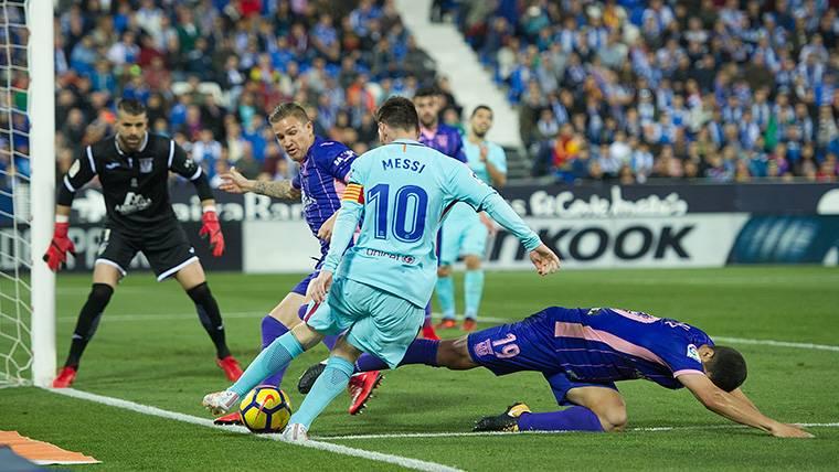 Messi asistió a Paulinho de 'croqueta' y desde el suelo