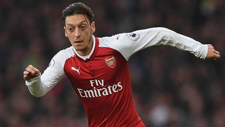 El FC Barcelona tiene una conversación pendiente con Özil