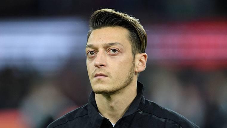 El fichaje de Mesut Özil divide al cuerpo técnico del Barcelona