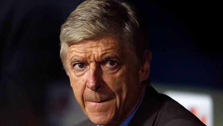 Wenger habla sobre el posible fichaje de Özil por el Barcelona