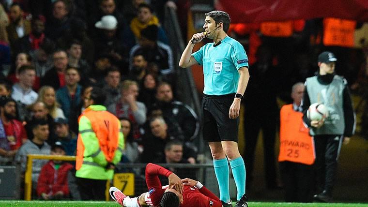 El vestuario del Barça 'tiembla' por el posible árbitro del 'Clásico'