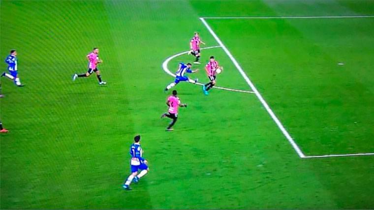 El árbitro del gol de Messi pita un penalti un metro fuera del área