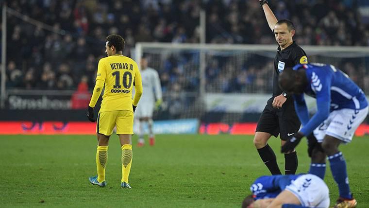 Neymar la vuelve a liar con una dura entrada a un rival