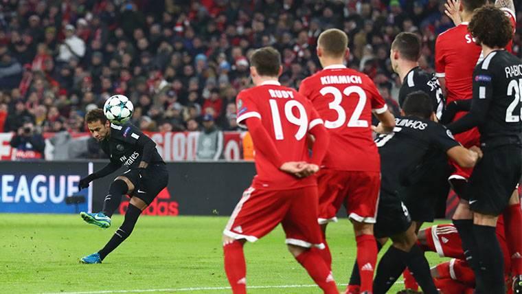 Neymar Jr, chutando una falta contra el Bayern Múnich