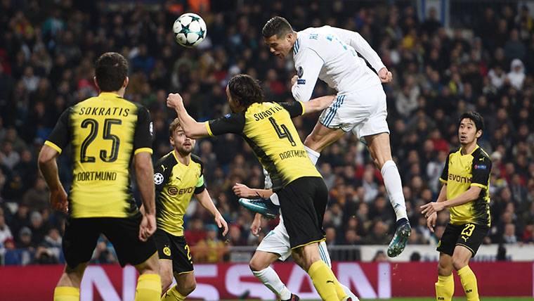 Cristiano Ronaldo, rematando un centro contra el Dortmund