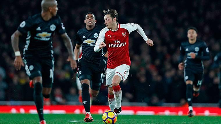 Al Arsenal se le agota el tiempo para evitar la 'fuga' de Özil