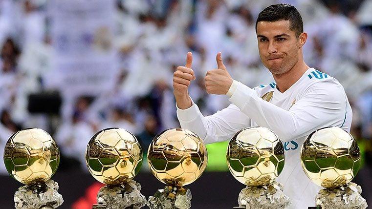 La diferencia entre Ronaldo y Messi celebrando el Balón de Oro