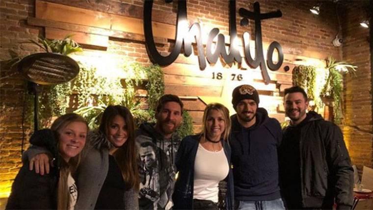 Messi y Antonella, de visita en el nuevo restaurante de Suárez
