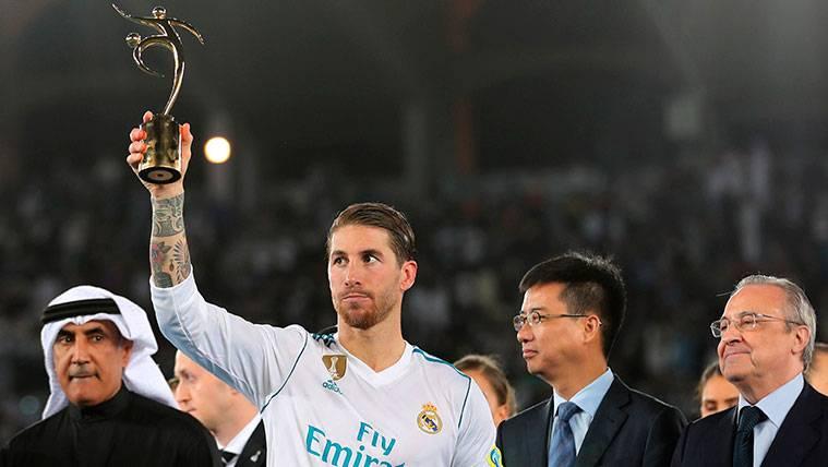Sin pasillo del Barça, Ramos ofreció la copa del Mundialito