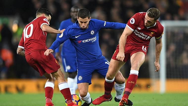 Eden Hazard, perdiendo un balón ante la presión de Coutinho