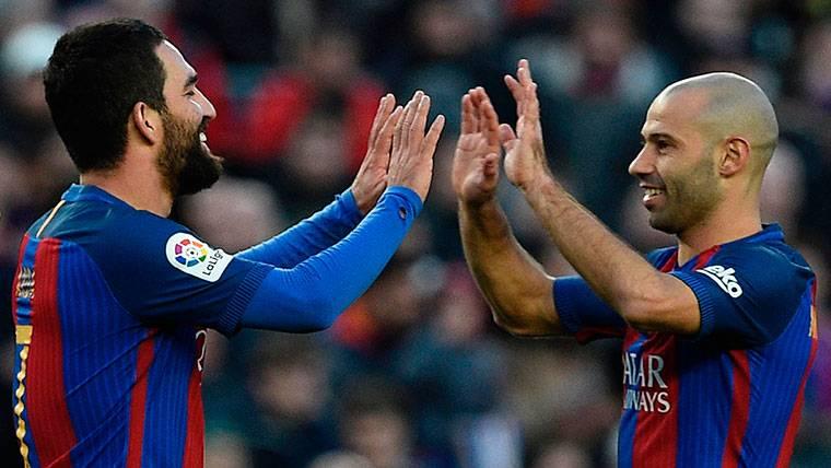 Arda Turan y Mascherano, celebrando un gol