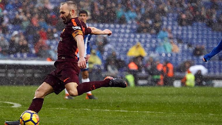 A Iniesta le dan igual los charcos: nueva lección del capitán