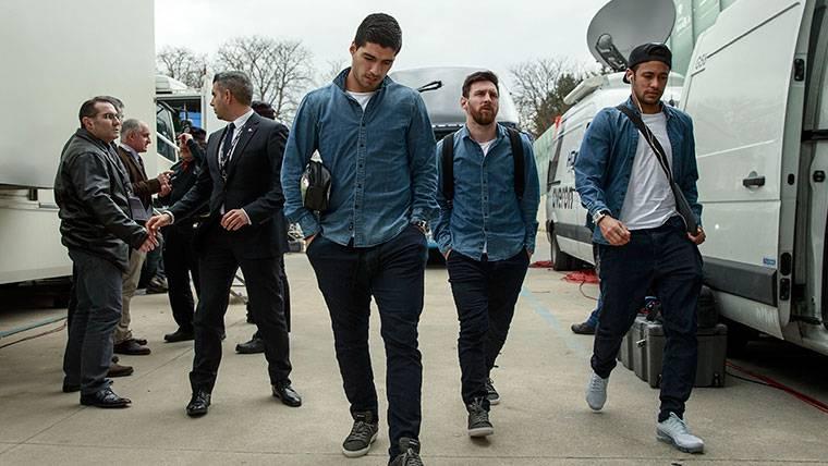 Messi, Luis Suárez y Neymar, de camino al autobús en una imagen de archivo
