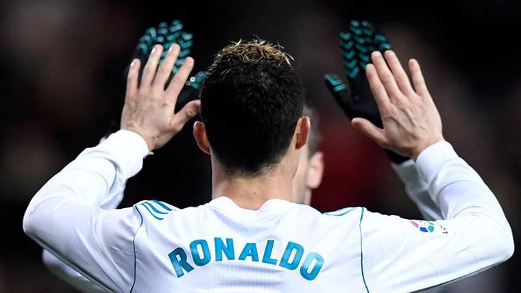 Cristiano Ronaldo, chocando las manos con un compañero