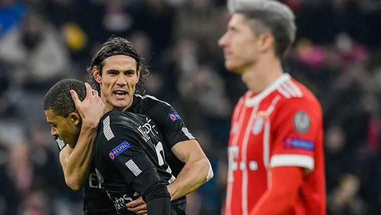 Edinson Cavani, celebrando un gol contra el Bayern Múnich