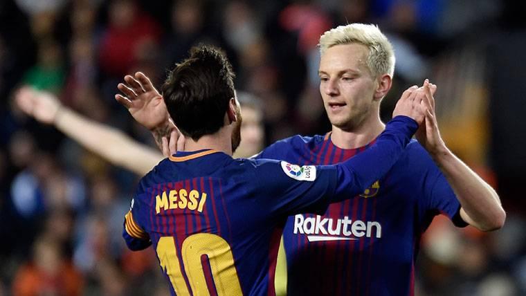 Ivan Rakitic y Leo Messi, durante un partido