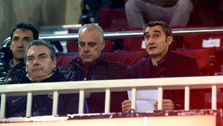Ernesto Valverde y a su derecha Jon Aspiazu, su ayudante, en el Miniestadi