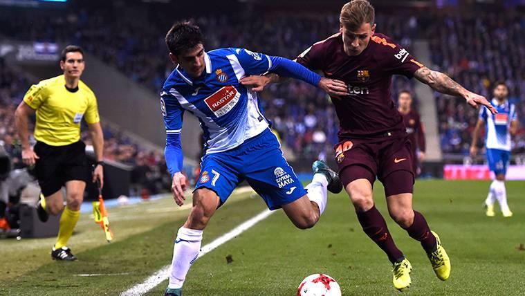 Lucas Digne y Gerard Moreno pugnan por un balón en el derbi