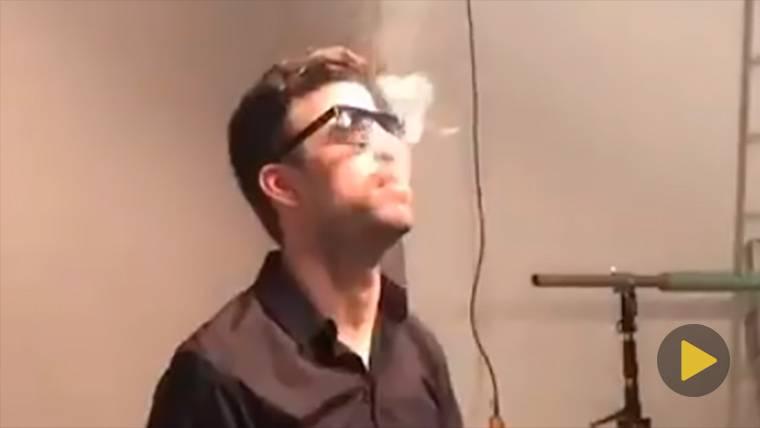 Graban a Gerard Piqué... ¡fumando un cigarrillo!